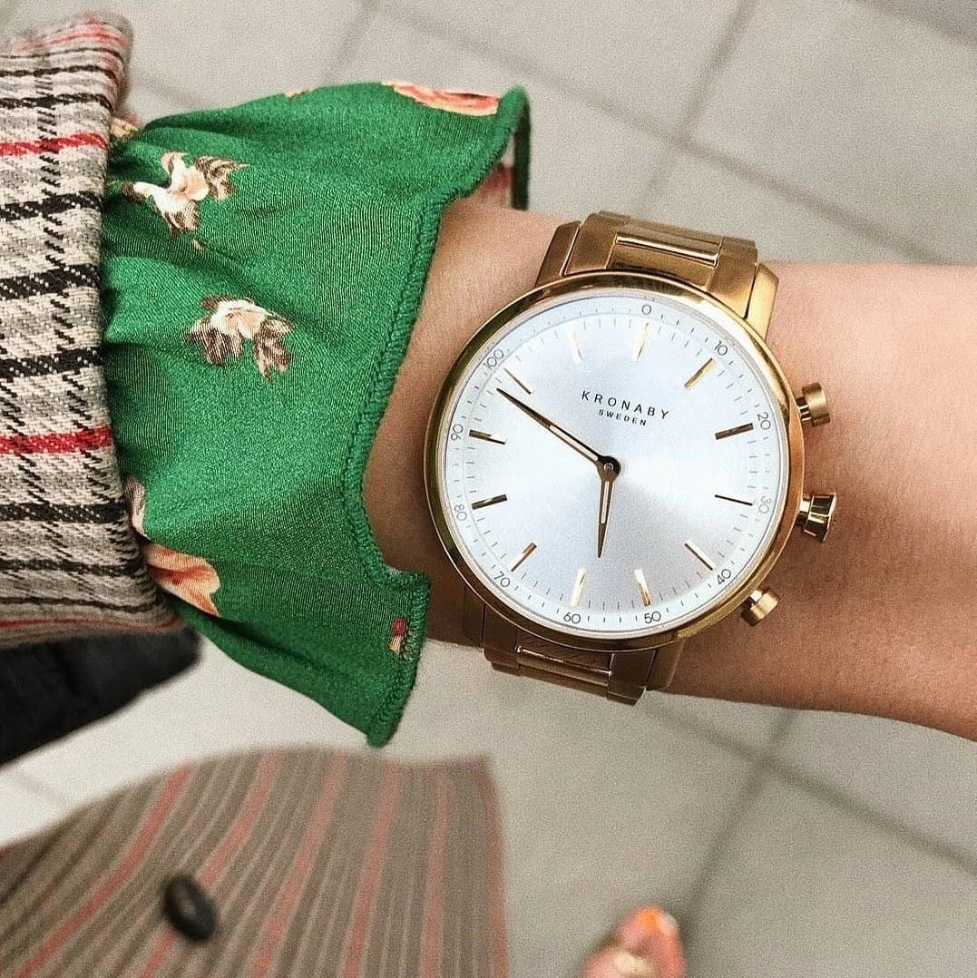 kvinde ure med læderrem